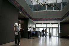 Помещение Афинской фондовой биржи. 12 июня 2015 года. Европейские фондовые рынки снижаются из-за провала переговоров Греции с кредиторами и акций Metro. REUTERS/Alkis Konstantinidis
