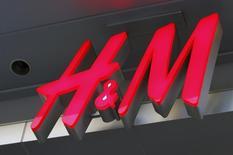 Логотип H&M в Голливуде. 26 января 2011 года. Рост продаж второго по величине в мире ритейлера одежды Hennes & Mauritz превысил ожидания в мае и втором фискальном квартале. REUTERS/Fred Prouser