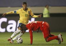 Neymar driblando jogador do Peru durante partida da Copa América.  14/06/2015    REUTERS/Ricardo Moraes