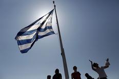 Turistas sob a bandeira da Grécia em Atenas. 14/06/2015  REUTERS/Kostas Tsironis