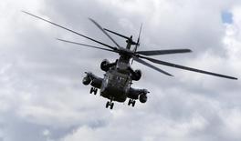 Hélicoptère Sikorsky CH53G de la Bundeswehr. United Technologies va se séparer de sa filiale d'hélicoptères Sikorsky Aircraft, précisant qu'il annoncerait d'ici à la fin du troisième trimestre s'il procédait à une vente ou une scission. /Photo d'archives/REUTERS/Michaela Rehle