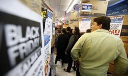 """Personas haciendo fila para hacer sus compras en una tienda durante el """"Viernes Negro"""", en Sao Paulo, 28 de noviembre de 2014. Un índice que mide la morosidad de los consumidores en Brasil subió un 4,8 por ciento en mayo desde abril, lo que se debería principalmente al alza de las tasas de interés, una inflación más acelerada y al creciente desempleo, informó el lunes la empresa de investigación crediticia Serasa Experian. REUTERS/Paulo Whitaker"""