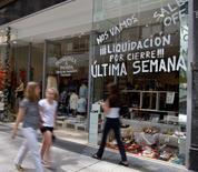 Imagen de archivo de una tienda con ofertas en Buenos Aires, dic 15 2008. Los precios minoristas de Argentina subieron un 1,0 por ciento en mayo, dijo el lunes el ente oficial de estadísticas Indec, un nivel que se ubicó en línea con lo esperado por analistas y que refleja una desaceleración de la inflación.  REUTERS/Enrique Marcarian