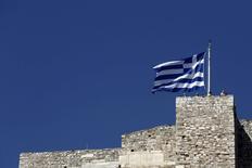 Bandeira grega no topo da Acrópolis em Atenas 14/6/2015   REUTERS/Kostas Tsironis