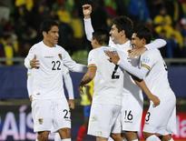 Jogadores da Bolívia comemoram gol contra o Equador. 15/6/2015. REUTERS/David Mercado