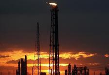 НПЗ в Техасе. 12 сентября 2008 года. Цены на нефть растут, так как метеорологи предсказывают тропический шторм на побережье нефтедобывающего американского штата Техас. REUTERS/Carlos Barria