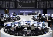 TLes Bourses européennes restent orientées à la baisse mardi à mi-séance en l'absence du moindre signe de solution à la crise autour de la dette de la Grèce. À Paris, l'indice CAC 40 perdait 0,97% vers 12h30. À Francfort, le Dax cédait 1,20% et à Londres, le FTSE abandonnait 0,62%. /Photo prise le 16 juin 2015/REUTERS
