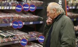 Un cliente mira el estante de la carne, en una tienda Tesco, en Bishop's Stortford, al sur de Inglaterra, 26 de noviembre de 2012.  Gran Bretaña volvió a registrar inflación en mayo después de que el índice cayó en abril por debajo de cero por primera vez en 55 años, una lectura que pone fin al arriesgado acercamiento del país a la deflación. REUTERS/Suzanne Plunkett