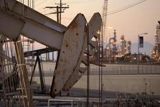 Una unidad de bombeo de crudo operando cerca de Long Beach, EEUU, jul 30 2013. Proyectos petroleros en aguas profundas y las complejas instalaciones de gas valuados en casi 200.000 millones de dólares han sido cancelados o suspendidos a nivel mundial en los últimos meses ante la fuerte caída en los precios del crudo el año pasado, dijo el martes la consultora Ernst and Young. REUTERS/David McNew