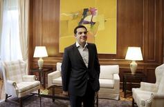 """Le Premier ministre grec, Alexis Tsipras, a de nouveau dénoncé mardi l'intransigeance de ses créanciers en les accusant de vouloir """"humilier"""" son pays, les deux parties poursuivant un dialogue de sourds malgré la menace d'un défaut aux conséquences imprévisibles. /Photo prise le 16 juin 2015/REUTERS/Alkis Konstantinidis"""