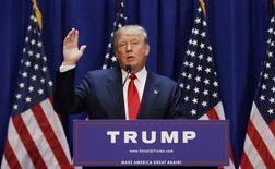 El magnate Donald Trump, hace un gesto mientras anuncia formalmente su compaña para la nominación presidencial del partido Republicano, en la Torre Trump, en Nueva York, 16 de junio de 2015. El magnate inmobiliario y presentador de televisión Donald Trump anunció el martes que competirá para ser el candidato republicano en las elecciones presidenciales de Estados Unidos en 2016. REUTERS/Brendan McDermid