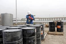 Un hombre trabaja en el campo petrolero Qurna Oeste, en Basora, Irak, 13 de octubre de 2014. Las exportaciones de petróleo de Irak promedian 3,20 millones de barriles por día (bpd) en lo que va de junio, según datos de carga y una fuente de la industria, que ponen a los envíos del segundo mayor productor de la OPEP en camino a anotar un máximo histórico. REUTERS/Essam Al-Sudani