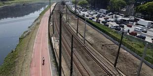 Vista da ciclovia, linha férrea e a Marginal Pinheiros, em São Paulo. 22/09/2011 REUTERS/Paulo Whitaker