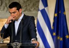 El primer ministro griego, Alexis Tsipras, hace un gesto durante una conferencia de prensa en Atenas, 17 de junio de 2015. Grecia dijo que el 30 de junio caerá en incumplimiento del pago de una deuda de 1.600 millones de dólares con el Fondo Monetario Internacional si no ha recibido nuevos fondos de sus acreedores para esa fecha, en una medida que podría desatar una reacción en cadena que podría marginar a Atenas de la zona euro. REUTERS/Paul Hanna