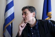 """El coordinador del equipo negociador griego, Euclides Tsakalotos, hace un gesto durante una entrevista con Reuters, en Atenas 17 de junio de 2015. Grecia está dispuesta a hacer concesiones para alcanzar un acuerdo con los acreedores internacionales siempre que sean """"económicamente viables"""", pero no va a recortar sus pensiones, dijo el miércoles a Reuters un importante negociador griego. REUTERS/Alkis Konstantinidis"""