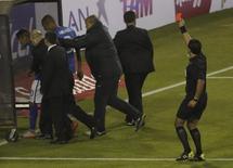 Neymar recebe cartão vermelho do árbitro Enrique Osses ao deixar o campo. 17/06/2015 REUTERS/Ueslei Marcelino