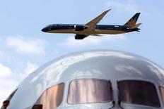 Boeing a engrangé 145 commandes fermes d'une valeur de 18,6 milliards de dollars au Salon du Bourget. /Photo prise le 17 juin 2015/REUTERS/Pascal Rossignol