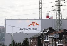 Contre la tendance, ArcelorMittal (+1,15%) est en tête des rares et très modestes hausses du CAC 40 vers 13h00. L'indice phare de la Bourse de Paris perd, lui, 0,6% à 4.762,28. /Photo d'archives/REUTERS/François Lenoir