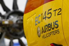 Vista del ensamblaje de helicópteros Airbus EC145 (luego llamado H145) en una fábrica de Airbus en Donauwörth, Alemania, 9 de octubre de 2014. La firma mexicana de transportes aéreos Pegaso firmó un acuerdo para comprar 10 helicópteros H145 de Airbus, convirtiéndose en el primer cliente latinoamericano para esa gama de helicópteros bimotor. REUTERS/Michaela Rehle