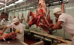 Imagen de archivo de unos trabajadores en el frigorífico Carrasco en Montevideo, nov 25 2011. La tasa de desempleo en Uruguay subió a un 8,1 por ciento en abril desde un 6,8 por ciento un año atrás, registrando su máximo valor en seis años debido a una menor actividad del sector construcción, informó el jueves el Gobierno.    REUTERS/Andres Stapff