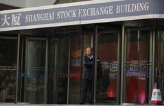 Sur l'ensemble de la semaine, l'indice CSI300 des plus grosses capitalisations des Bourses de Shanghaï et de Shenzhen et l'indice composite de la Bourse de Shanghaï ont cédé plus de 13%, un recul sans précédent depuis 2008. /Photo d'archives/REUTERS/Carlos Barria