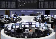 Operadores trabajando en la Bolsa de Fráncfort, Alemania, 19 de junio de 2015. Las bolsas europeas avanzaban en las primeras operaciones del viernes, respaldadas por las ganancias registradas el jueves en Wall Street y por una recomendación favorable para Thyssenkrupp, aunque las preocupaciones sobre Grecia frenaban el avance. REUTERS/Stringer