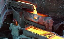 Un trabajador revisando un proceso en la planta refinadora de cobre Ventanas de la estatal Codelco en Ventanas, Chile, 7 de enero de 2015. El aluminio bajó a su nivel más bajo en más de 16 meses el viernes y el cobre tocó su punto más débil desde marzo debido a un dólar más alto, a los temores por la demanda de China y a la incertidumbre por las negociaciones sobre la deuda de Grecia. REUTERS/Rodrigo Garrido