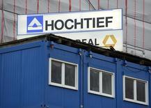 El logo de Hochtief en una obra en Hamburgo, el 26 de febrero de 2013. La constructora alemana Hochtief dijo el viernes que su filial Flatiron se adjudicó en un contrato de 1.230 millones de dólares para construir el primer proyecto de trenes de alta velocidad en Estados Unidos. REUTERS/Fabian Bimmer