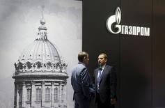 Hombres hablando cerca del pabellón de la compañía Gazprom, en el Foro Económico Internacional de San Petersburgo, Rusia, 18 de junio de 2015. Gazprom está construyendo una alianza estratégica global con la petrolera rival Royal Dutch Shell que incluirá intercambios de activos y permitirá al gigante ruso ingresar a nuevos mercados, dijo el presidente ejecutivo de la firma rusa a Reuters. REUTERS/Maxim Shemetov