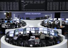 Помещение фондовой биржи во Франкфурте-на-Майне. Европейские фондовые рынки поднялись до недельного максимума, поскольку инвесторы надеются на решение долговых проблем Греции. REUTERS/Stringer
