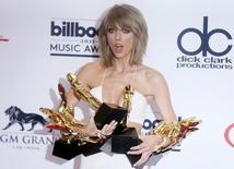 Taylor Swift segurando seus prêmios conquistados na Premiação Musical Billboard de 2015, em Las Vegas.  18/05/2015   REUTERS/L.E. Baskow