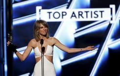 """Taylor Swift acepta el premio a Mejor Artista, durante los Premios de Música Billboard 2015, en Las Vegas, Nevada, 17 de mayo de 2015. Apple Inc revirtió su política y dijo que ahora pagará a músicos durante el período de prueba de su nuevo servicio de transmisión simultánea de música Apple Music, luego de que la estrella del pop Taylor Swift dijo que privaría del servicio a su más reciente álbum """"1989"""". REUTERS/Mario Anzuoni"""
