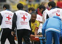 Edwin Valencia, da seleção da Colômbia, deixa o campo em uma maca durante a partida contra o Peru pela Copa América, em Temuco, no Chile. 21/06/2015 REUTERS/Henry Romero