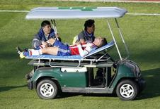 Nestor Ortigoza, da seleção do Paraguai, deixa o campo em uma maca durante partida de sua seleção contra o Uruguai pela Copa América, em La Serena, no Chile. 20/06/2015 REUTERS/Ueslei Marcelino