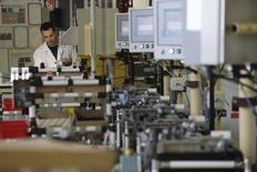"""L'activité dans le secteur privé français a crû pour le cinquième mois consécutif en juin, à son rythme le plus rapide depuis 46 mois, les services accélérant et l'industrie croissant pour la première fois depuis plus d'un an, selon la version """"flash"""" des indicateurs PMI de Markit publiés mardi. /Photo prise le 18 juin 2015/REUTERS/Philippe Wojazer"""