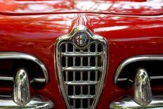 Calandre d'une Alfa Romeo Giulietta Sprint de 1964. Fiat Chrysler Automobiles (FCA) présentera mercredi le premier modèle d'une nouvelle ligne Alfa Romeo, le constructeur automobile comptant sur le renouveau de la marque centenaire pour se relancer et potentiellement attirer un riche partenaire en vue d'une fusion. /Photo d'archives/REUTERS/Arnd Wiegmann