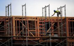 Un obrero trabajando en la construcción de un proyecto inmobiliario en San Francisco, jun 2 2015. Las ventas de viviendas unifamiliares nuevas en Estados Unidos se incrementaron en mayo a un máximo en más de siete años, aclarando aún más el panorama para el sector inmobiliario y la economía en general. REUTERS/Robert Galbraith