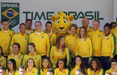 Presidente Dilma Rousseff posa ao lado de atletas e do mascote da equipe brasileira durante comemoração do Dia Olímpico, no Rio de Janeiro. 23/06/2015 REUTERS/Sergio Moraes