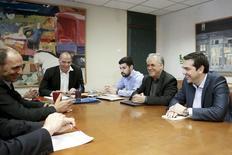 """El primer ministro griego, Alexis Tsipras (der.), el viceministro de economía, Yanis Dragasakis (2do a la der.), el ministro de Finanzas, Yanis Varoufakis (2do a la izqda.) y el ministro de Economía, George Stathakis (izqda.) durante una reunión en el MInisterio de Finanzas en Atenas, 27 de mayo de 2015. El primer ministro griego, Alexis Tsipras, calificó la postura de """"ciertos"""" acreedores como """"extraña"""" luego de que rechazaron las propuestas presentadas por Atenas para cerrar una brecha presupuestaria, dijo el miércoles un funcionario del Gobierno. REUTERS/Alkis Konstantinidis"""