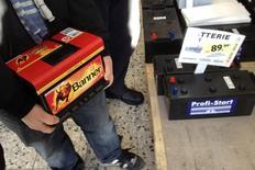 La Commission européenne a accusé mercredi cinq sociétés spécialisées dans le recyclage du plomb d'entente sur les prix des batteries de voiture usagées en Belgique, en France, en Allemagne et aux Pays-Bas entre 2009 et 2012. /Photo d'archives/REUTERS/Pawel Kopczynski
