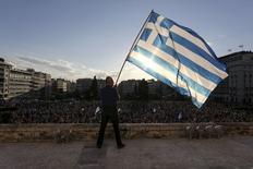 Homem agita a bandeira da Grécia durante manifestação na frente do Parlamento, em Atenas. 22/06/2015 REUTERS/Yiannis Liakos/Intimenews