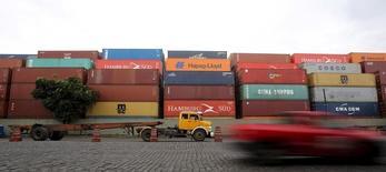 Contêineres em um terminal do porto de Santos. 06/04/2015 REUTERS/Paulo Whitaker