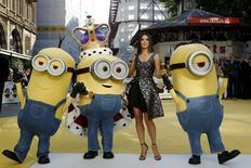"""Atriz Sandra Bullock posa com """"Minions"""" durante lançamento do filme em Londres.  11/6/2015. REUTERS/Luke MacGregor"""
