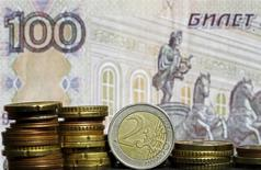 Монеты евро на фоне сторублевой банкноты. Зеница, 21 апреля 2015 года. Рубль отбил значительную часть потерь начала дня благодаря появившимся потокам на продажу экспортной выручки под сегодняшние налоги, которых хватило сбалансировавать физический спрос на валюту. REUTERS/Dado Ruvic