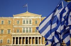 Les institutions représentant les créanciers de la Grèce ont donné à Athènes jusqu'à 9h00 GMT pour présenter une nouvelle proposition de réforme réaliste. Sans accord d'ici là, les institutions soumettront leur propre proposition à l'Eurogroupe. /Photo prise le 17 juin 2015/REUTERS/Yannis Behrakis