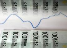 Банкноты евро и график колебаний валют. Зеница, 22 января 2011 года. Золотовалютные резервы РФ выросли за неделю с 12 по 19 июня на $4 миллиарда до $364,6 миллиарда, следует из данных Банка России. REUTERS/Dado Ruvic