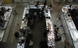 Le rythme de croissance du secteur des services aux Etats-Unis a ralenti en juin pour le troisième mois d'affilée, montrent les résultats préliminaires de l'enquête Markit publiés jeudi, avec un indice PMI des directeurs d'achat ressorti à 54,8 contre 56,2 en mai. /Photo d'archives/REUTERS/Kim Kyung-Hoon
