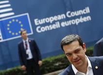 El primer ministro griego, Alexis Tsipras, habla con los medios en su llegada a la sede de Consejo de la Unión Europea, en una cumbre en Bruselas, Bélgica, 25 de junio de 2015. El primer ministro griego, Alexis Tsipras, dijo el jueves al llegar a una cumbre de la Unión Europea que estaba convencido de que alcanzará un acuerdo con los prestamistas del país para superar una crisis de deuda. REUTERS/Darren Staples