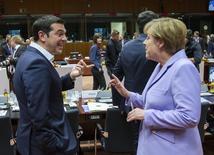 El primer ministro griego, Alexis Tsipras, habla con la canciller alemana, Angela Merkel, en una cumbre de líderes de la Unión Europea, en Bruselas, Bélgica, 25 de junio de 2015. La reunión de los ministros de finanzas de la zona euro encargados de buscar una salida a la crisis de Grecia terminó el jueves sin acuerdos, aunque se estableció la reanudación de las conversaciones para el sábado. REUTERS/Yves Herman