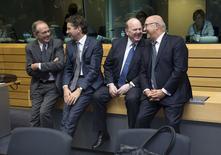 De gauche à droite, le ministre italien des Finances Pier Carlo Padoan, le président de l'Eurogroupe Jeroen Dijsselbloem, le ministre irlandais des Finances Michael Noonan et son homologue français Michel Sapin, avant la réunion de l'Eurogroupe à Bruxelles. La réunion des ministres des Finances de la zone euro destinée à trouver un compromis entre la Grèce et ses créanciers s'est achevée jeudi sans accord. /Photo prise le 25 juin 2015/REUTERS/Philippe Wojazer